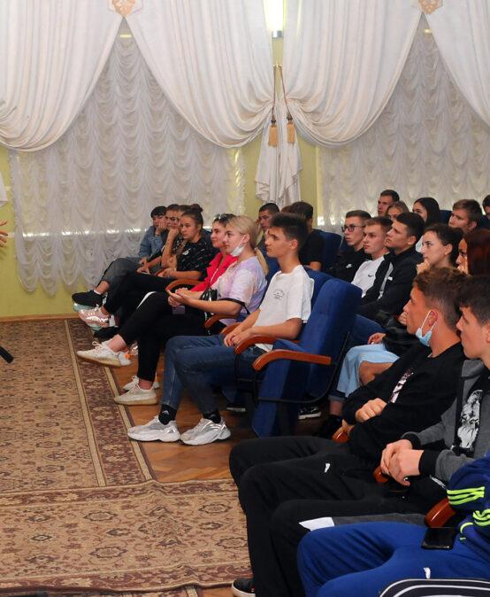 Для студентів Податкового університету патрульні Київщини провели лекції з питань безпеки дорожнього руху
