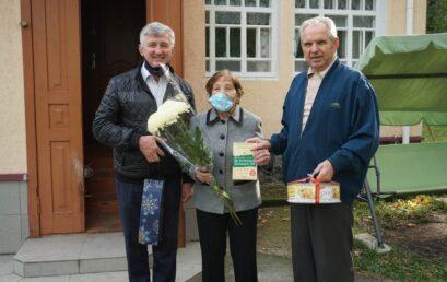 Ректор Університету та голова Ради ветеранів привітали Валентину Кулініч із Днем ветерана та прийдешнім святом освітян